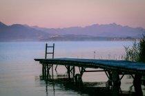 Germania, Baviera, Chiemgau, Lago Chiemsee, pontile di legno la sera — Foto stock