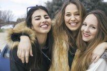 Групповое фото трех счастливых молодых женщин — стоковое фото