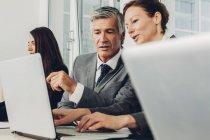 Empresários sentados no escritório ouvindo apresentação — Fotografia de Stock
