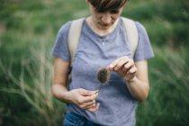 Молодая женщина с чертополохом — стоковое фото