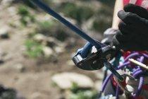 Abgeschnittenes Bild der Hände einer Bergsteigerin — Stockfoto