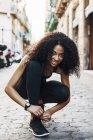 Sapato de amarrar de mulher na rua — Fotografia de Stock