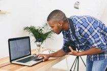 Homem que trabalha com o laptop — Fotografia de Stock