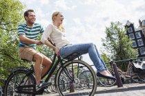 Pays-Bas, Amsterdam, couple heureux à vélo dans la ville — Photo de stock