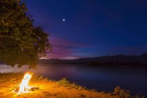 Zimbabwe, district d'Urungwe, parc national des piscines de Mana, feu de camp au bord de la rivière du Zambèze la nuit — Photo de stock