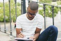 Студент пишет в блокноте — стоковое фото
