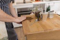 Mann bereitet Espresso in der Küche zu — Stockfoto