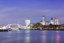 Regno Unito, Londra, skyline con il Tamigi all'ora blu — Foto stock