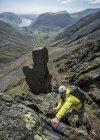 Inghilterra, Cumbria, Lake District, Wasdale Valley, Great Gable, scalatore — Foto stock