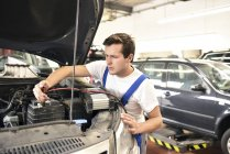 Mechanic repairing car in a garage — Stock Photo