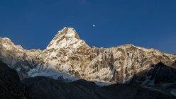 Nepal, Himalayas, Solo Khumbu, Ama Dablam snowy mountain — Stock Photo