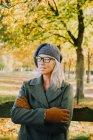 Ritratto di donna con braccia incrociate che indossa cappello e guanti di lana — Foto stock