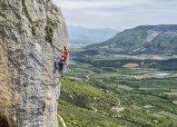 Francia, Orpierre, scalatore arrampicata su scogliera in montagna — Foto stock