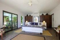 Camera da letto in una casa residenziale al chiuso — Foto stock