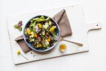 Tazón de fuente de ensalada mixta con flores comestibles - foto de stock