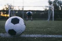 Football devant un but avec un gardien de but — Photo de stock