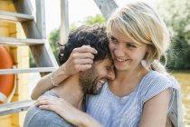Felice coppia che si abbraccia su una casa barca — Foto stock