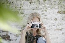 Блондинка фотографирует старым фотоаппаратом — стоковое фото
