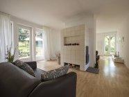 Moderna sala de estar con chimenea en el interior - foto de stock