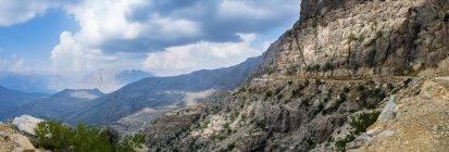 Oman, Bilad Sayt, jeeps, en déplacement à Wadi Bani Awf — Photo de stock