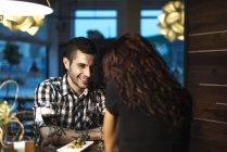 Пара вживання вина в ресторані — стокове фото