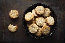Plato de galletas de grano entero cocos en madera oscura - foto de stock