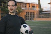 Torwart hält einen Fußball — Stockfoto