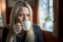 Porträt der blonden Frau trinkt Kaffee — Stockfoto