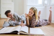 Couple selecting wallpaper from catalog — Stock Photo