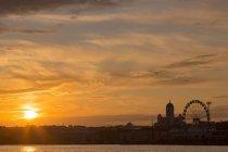 Finnland, Helsinki, Skyline am Abend mit Stadt im Hintergrund — Stockfoto