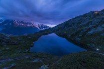 França, Mont Blanc, Lago Cheserys, montanha e lago a hora azul — Fotografia de Stock