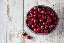 Чаша свежей вишни — стоковое фото