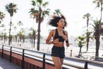 Жінка, біг на дорозі — стокове фото