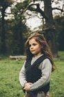 Retrato de menina de pé em um parque outonal — Fotografia de Stock