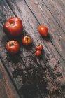 Tomate rojo fresco sobre fondo de madera - foto de stock