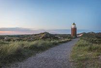 Стежка до маяк на заході сонця — стокове фото