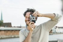 Германия, Любек, человек, фотографирующий на берегу моря — стоковое фото