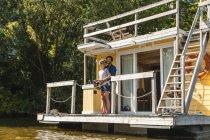 Couple ayant un voyage sur un bateau maison — Photo de stock