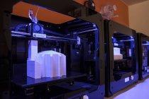 Крупный план печатных моделей в 3D принтерах — стоковое фото