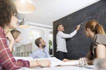 Colleghi in ufficio moderno avendo una riunione — Foto stock