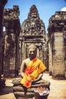 Cambodia, Angkor Thom, Buddha statue against temple — Stock Photo