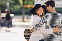 Que pareja de enamorados caminando por la calle - foto de stock