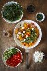 Vollkorn-Pasta mit Kürbis und verschiedenen Belägen — Stockfoto