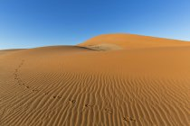 Namibia, Wüste Namib, Namib-Naukluft-Nationalpark, Spuren der Gemsbock im Sand der Dünen — Stockfoto