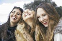 Три смеющиеся молодые женщины — стоковое фото
