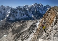 Nepal, Himalaya, Solo Khumbu, Ama Dablam South West Ridge, mountaineer climbing up rock — Stock Photo