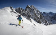 France, Isere, Les Deux Alps, Vallon du Selle, man skiing in the mountains — Stock Photo