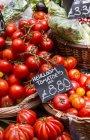 Pomodori freschi al mercato agricolo — Foto stock