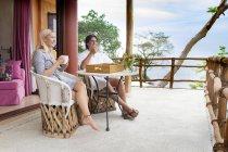 Coppia felice seduta sulla terrazza a bere caffè — Foto stock