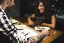 Людина, маючи рандеву в ресторані — стокове фото